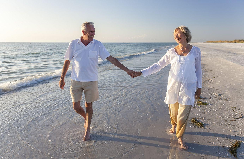 Senioren spazieren am Meer
